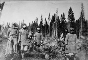Вчерашние крестьянки на принудительной валке леса